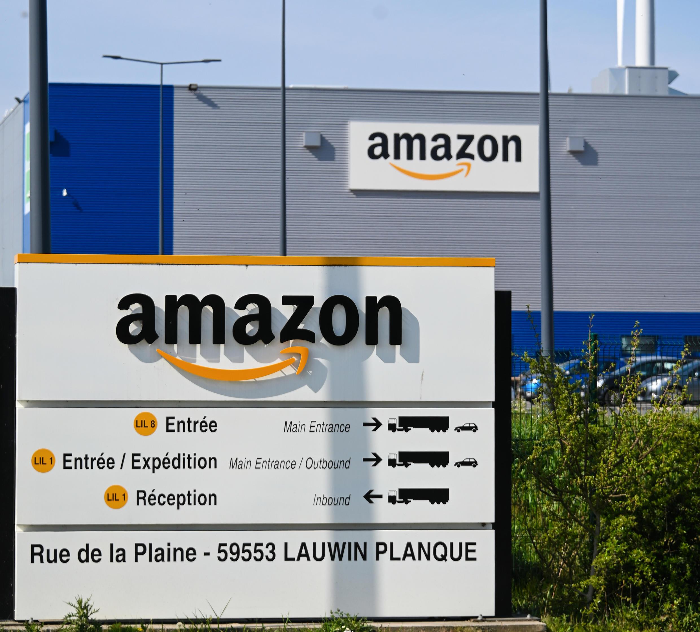 A l'entrée du site de logistique d'Amazon à Lauwin-Planque, dans le nord de la France, le 16 avril 2020