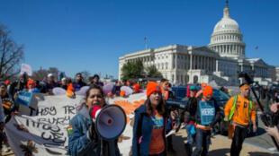 Los partidarios del programa DACA para los inmigrantes marchan frente al Capitolo en Washington, D. C., el el 5 de marzo de 2018 (Imagen de archivo).