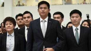 Les dirigeants du parti Thai Raksa Chart devant la Cour constitutionnelle thaïlandaise, le 7 mars 2019.