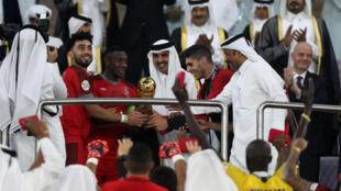 امير دولة قطر الشيخ تميم بن حمد ال ثاني (وسط) يتوج لاعبي الدحيل الفائزين بكأس امير قطر على حساب السد 4-1 في المباراة النهائية. 16 ايار/مايو 2019