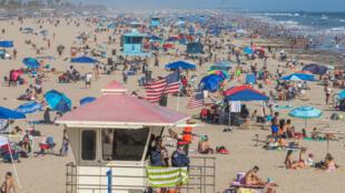 أشخاص على أحد شواطئ كاليفورنيا في 14 حزيران/يونيو 2020
