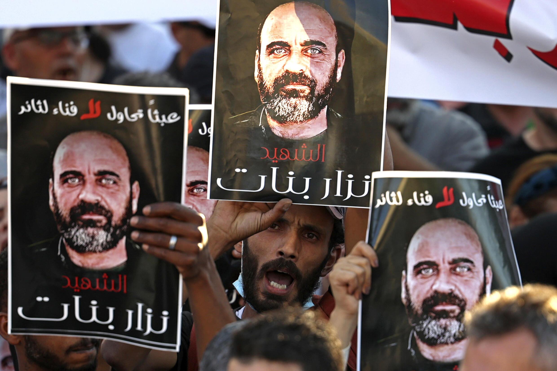 فلسطينيون خلال مظاهرة في الضفة الغربية بتاريخ 2 آب/أغسطس 2021 احتجاجا على مقتل الناشط نزار بنات