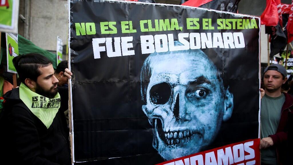 Jóvenes argentinos protestan en Buenos Aires en favor de la Amazonía y en contra de la gestion del presidente brasieleño Jair Bolsonaro.