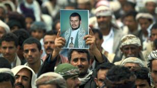 Un manifestant du mouvement chiite houthi tient un portrait d'Abdul-Malik al-Houthi, le 20 août à Sanaa.