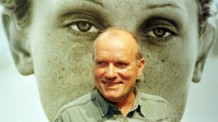 """El fotógrafo alemán Peter Lindbergh posa frente uno de sus retratos en la exposición """"Images of Women"""", presentada en Hamburgo, Alemania, el pasado 21 de enero de 2019"""