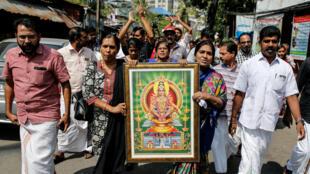 Manifestantes sostienen un retrato de Ayyapan, una deidad del hinduismo, cuando participan en una manifestación convocada por varias organizaciones hindúes después de que dos mujeres ingresaran al templo de Sabarimala, en Kochi, India, el 2 de enero de 2019.
