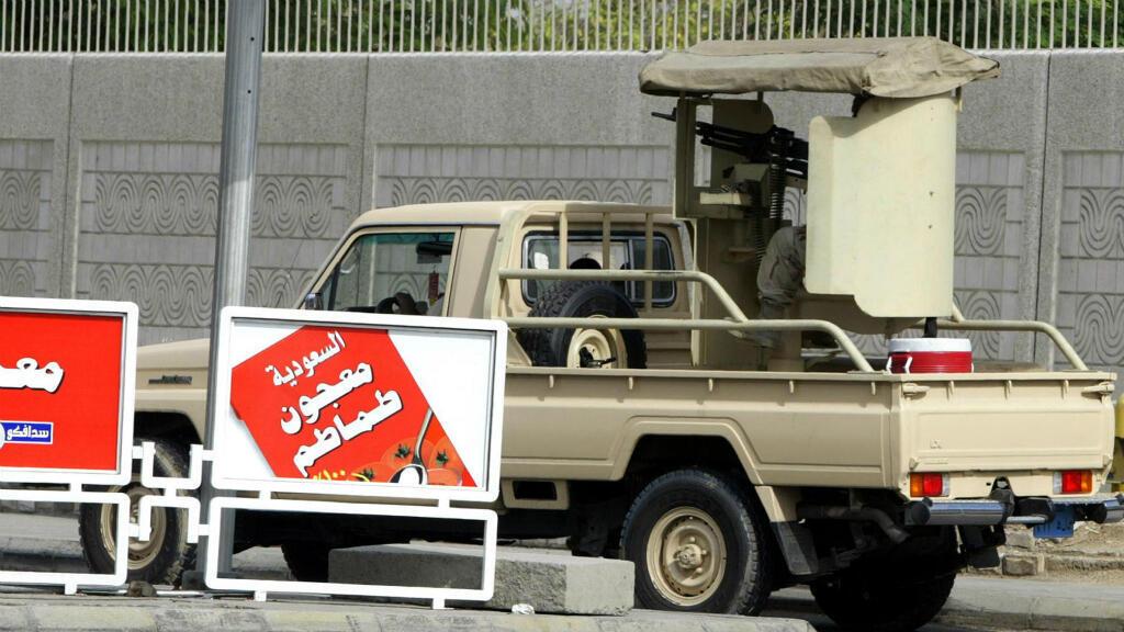 Forces de sécurité saoudiennes devant le consulat américain de Jeddah, en Arabie saoudite, en decmebre 2004.