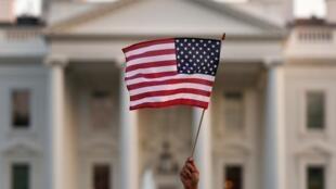 En esta foto de archivo del 5 de septiembre de 2017, se ondea una bandera afuera de la Casa Blanca, en Washington. Foto de archivo.