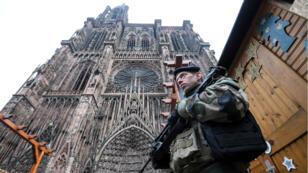 Un militaire de Sentinelle monte la garde près de la cathédrale de Strasbourg.