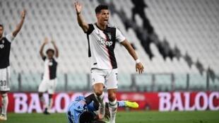 El delantero portugués del Juventus, Cristiano Ronaldo, reacciona durante el partido de la serie A del fútbol italiano con el Lazio, el 20 de julio de 2020, en el estadio Allianz, en Turin, Italia.