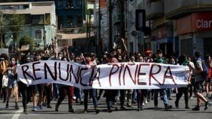 Des manifestants demandent la démission du président chilien à Valparaiso, le 22 octobre 2019.