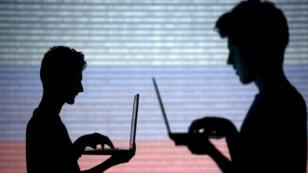 Imagen de archivo. Infografía de personas conectadas a internet sobre una pantalla en código binario con los colores de la bandera rusa. 29 de octubre de 2014.