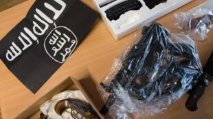 Les armes et le drapeau de l'EI retrouvés aux domiciles des deux islamistes qui vont être expulsés.