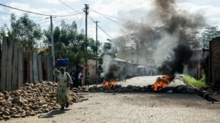 Des personnes tentent de franchir un barrage dans une rue de la capitale de Bujumbura.