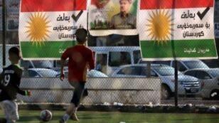 Des enfants jouent au ballon dans un quartier d'Erbil, la capitale du Kurdistan irakien