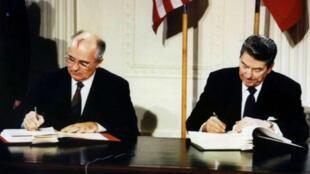 Foto de archivo del líder soviético Mijaíl Gorbachov y el presidente estadounidense Ronald Reagan durante la firma del tratado de eliminación de misiles nucleares de mediano y corto alcance (INF, por sus siglas en inglés), el 8 de diciembre de 1987.
