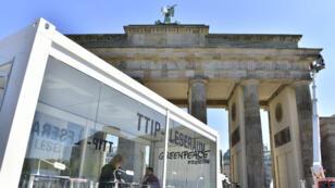 Greenpeace a installé une salle de lecture publique des documents du TTIP au pied de la porte de Brandebourg à Berlin