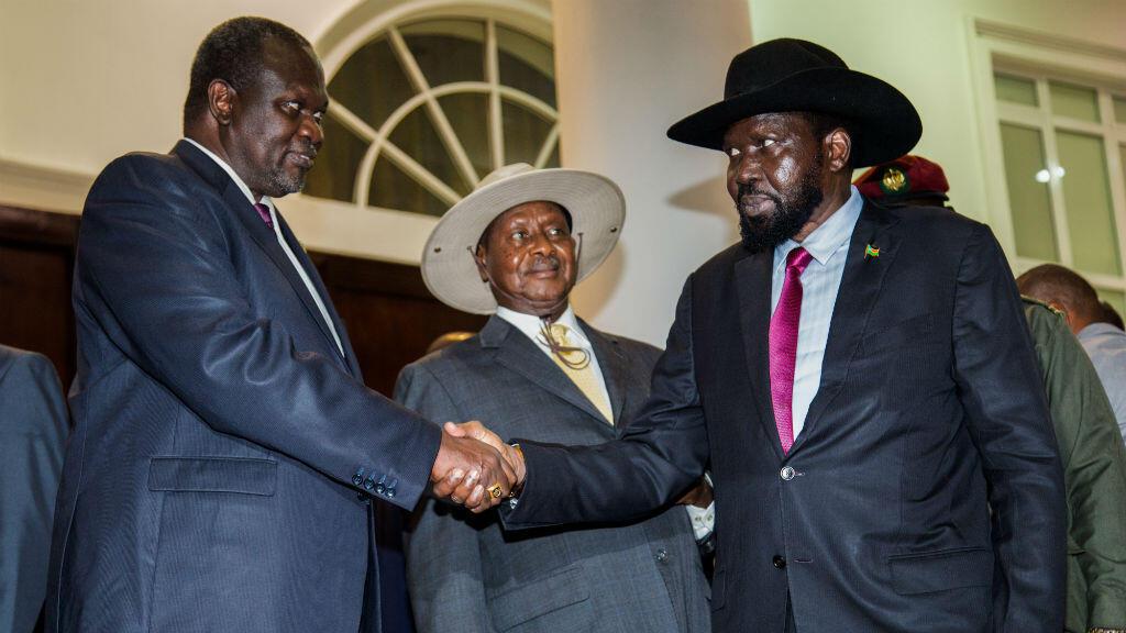 Le président sud-soudanais Salva Kiir (à droite) et son adversaire politiqu Riek Machar (à gauche), lors de discussions de paix à Entebbe, en Ouganda, sous l'égide du président ougandais Yoweri Museveni, le 7 juillet 2018.