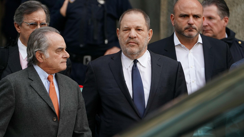 El productor de cine Harvey Weinstein abandona la Corte Suprema de Nueva York con su abogado Benjamin Brafman, en el distrito de Manhattan de la ciudad de Nueva York, EE. UU., el 20 de diciembre de 2018.
