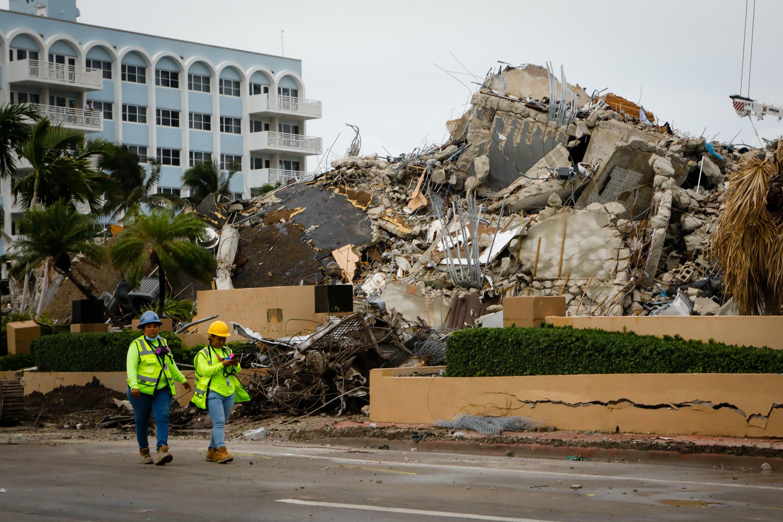Miembros de los equipos de rescate en el lugar del derrumbe de un edificio en Surfside, Florida, el 6 de julio de 2021