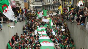 Los manifestantes argelinos participan en la undécima manifestación en contra del gobierno en la capital, Argel, el 3 de mayo de 2019.
