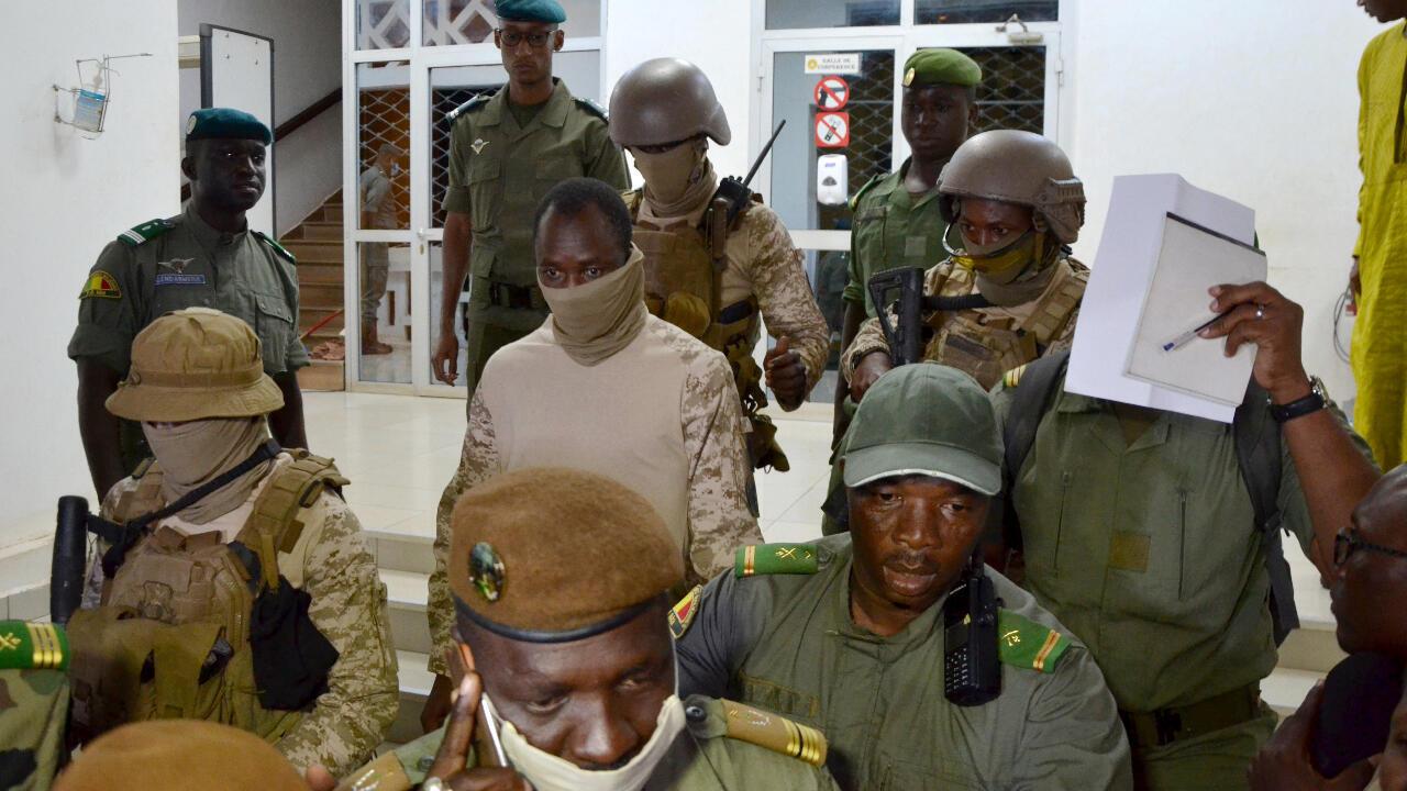En el centro, con uniforme beige y cubrebocas, el coronel Assimi Goïta, líder del denominado Comité Nacional por la Salvación del Pueblo que organizó el golpe de Estado en Mali, luego de reunirse con la delegación del CEDEAO, el 23 de agosto de 2020, en Bamako, Mali.