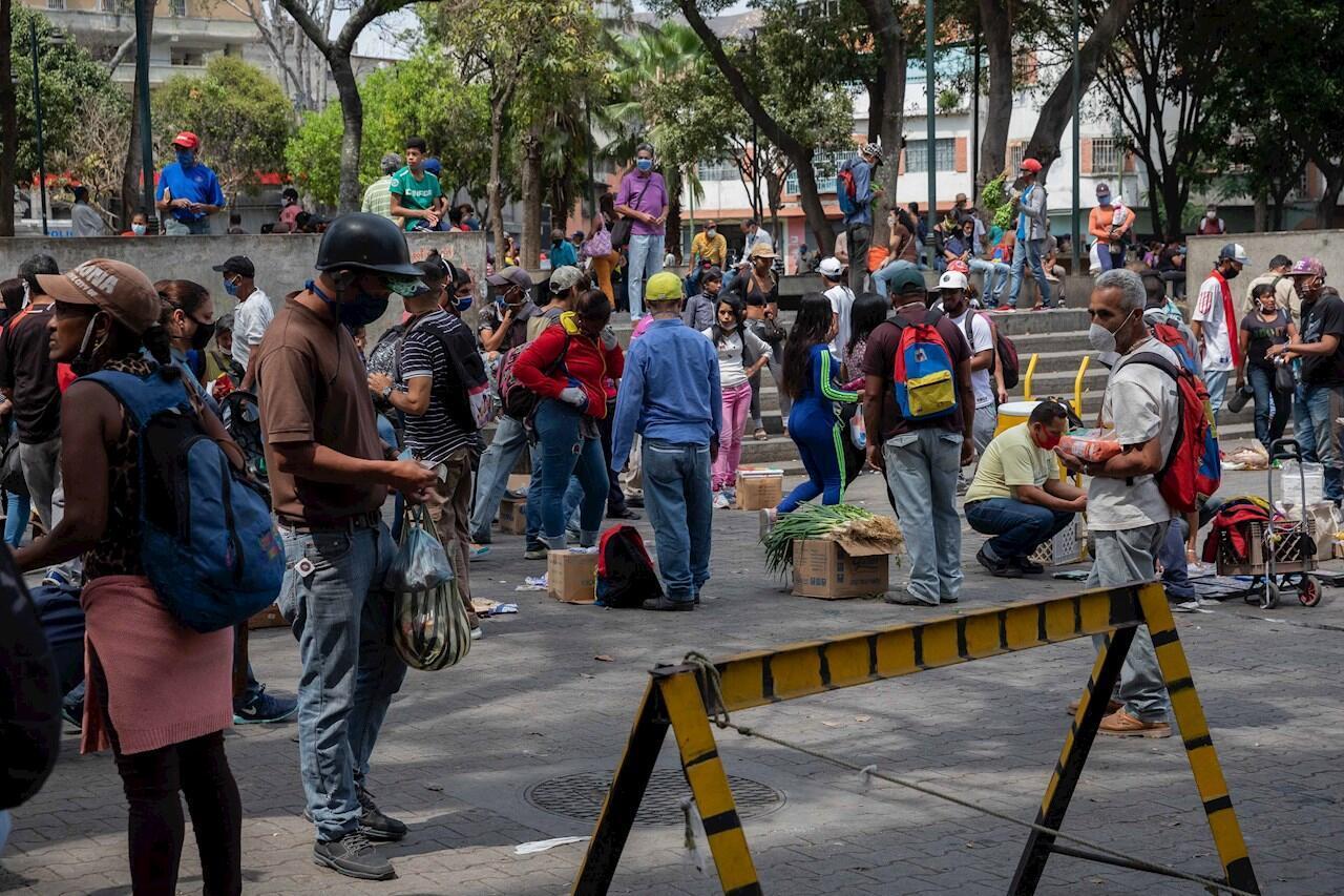 Trabajadores informales venden sus productos y mercancía en los alrededores del mercado de Catia, en Caracas (Venezuela).