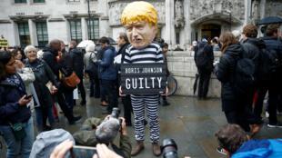 Des manifestants opposés à Boris Johnson devant le bâtiment de la Cour suprême, le 24 septembre 2019.