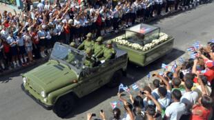 Partie de La Havane, l'urne renfermant les cendres de Fidel Castro est arrivée à Santiago de Cuba, le 3 décembre.