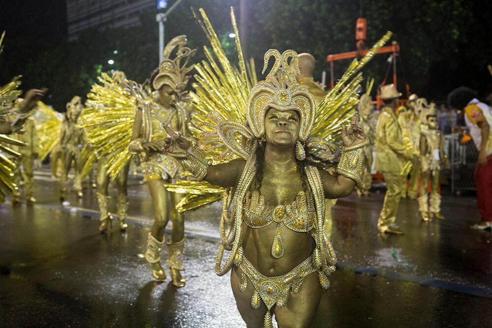 Los 'passistas' son los embajadores del samba y, a diferencia de los otros miembros de la escuela, bailan a lo largo de todo el desfile en el sambódromo. En la foto, Viviane Assis, 'passista' enana de la escuela Viradouro. Mide 1,25 metros y tuvo que luchar contra el prejuicio para conseguir su lugar en el sambódromo. Escuela Viradouro (Carnaval 2018).