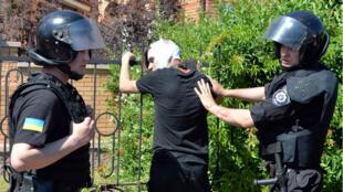 Des policiers interpellent un militant d'extrême-droite lors de la Gay pride, samedi 6 juin, à Kiev.