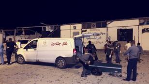 Des secouristes à la recherche des victimes du raid aérien dans le camp de migrants de Tajoura, en Libye, le 3 juillet 2019.