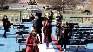La presidenta de la Cámara de Representantes, Nancy Pelosi, inspecciona la plataforma donde tomará posesión el presidente electo, Joe Biden. En Washington, EE.UU., el 19 de enero de 2021.