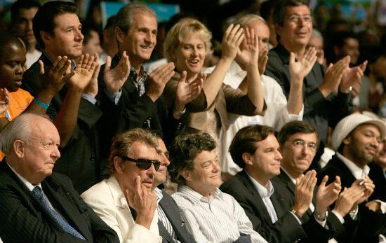 Apparition très remarquée au milieu des ténors de l'UMP à l'université d'été 2006. De gauche à droite : au premier rang, Jean-Claude Gaudin, Johnny Hallyday, Jean-Louis Borloo, Renaud Muselier, Philippe Douste-Blazy, au second rang, Christian Estrosi et Nadine Morano.