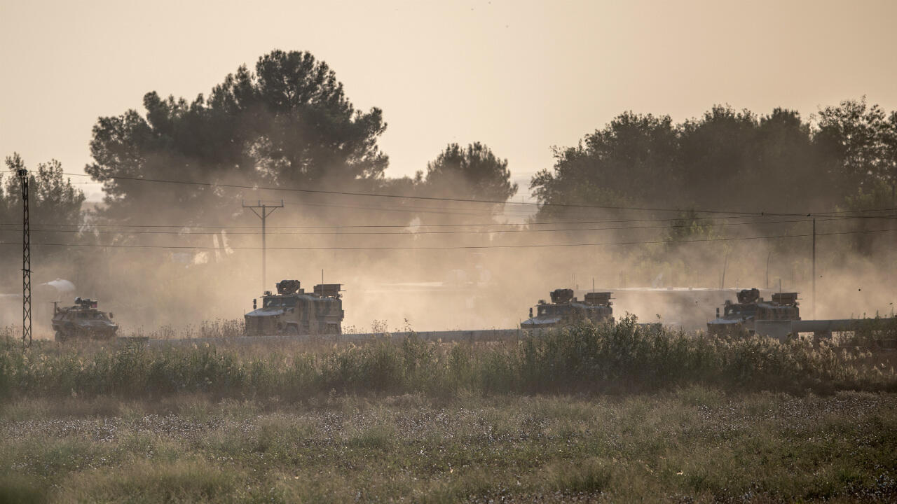Des véhicules de l'armée turque, le 9 octobre 2019, se dirigent vers la frontière syrienne.