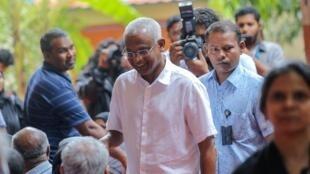 Le candidat de l'opposition, Ibrahim Mohamed Solih, arrive dans un bureau de vote de la capitale Male, le 23 septembre 2018.
