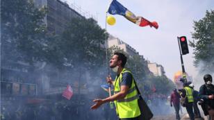 """À Paris, de nombreux Gilets jaunes ont participé au cortège, dans lequel figuraient également des """"black blocs""""."""