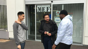 عاطلون عن العمل أمام دار الشغل في مدينة فيلتانوز، بشمال باريس.