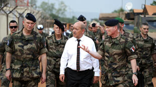 Le ministre français de la Défense, Jean-Yves Le Drian, entouré de soldats français à Bangui, en Centrafrique, le 7 juillet 2014.