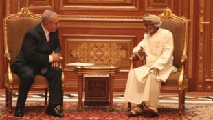 Le Premier ministre israélien Benjamin Netanyahou (à gauche) et le sultan Qabous lors d'une visite à Oman.