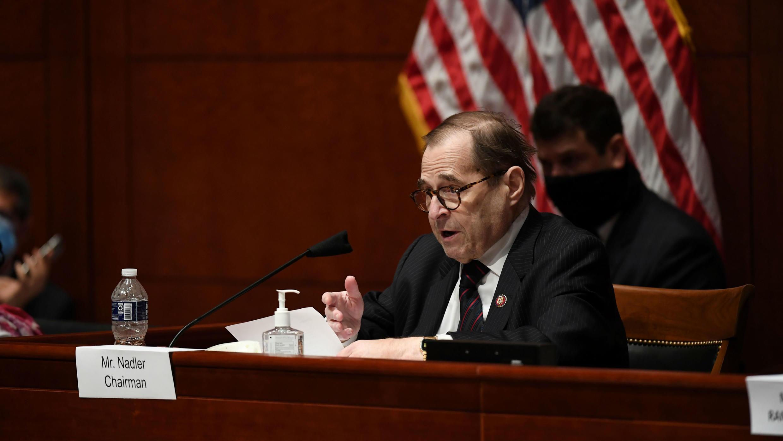 El representante Jerrold Nadler pregunta al Fiscal General William Barr, quien se presentó ante el Comité Judicial de la Cámara Baja en Washington D. C., El 28 de julio de 2020.