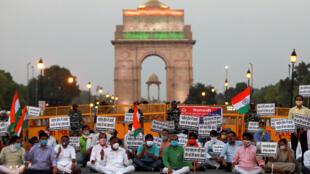 هنود يحملون لافتات للاحتجاج على الصين أثناء تكريم جنود الجيش الهندي الذين قتلوا في اشتباك حدودي مع القوات الصينية في منطقة لدخ، في بوابة الهند، في نيودلهي، الهند، 17 يونيو/حزيران 2020