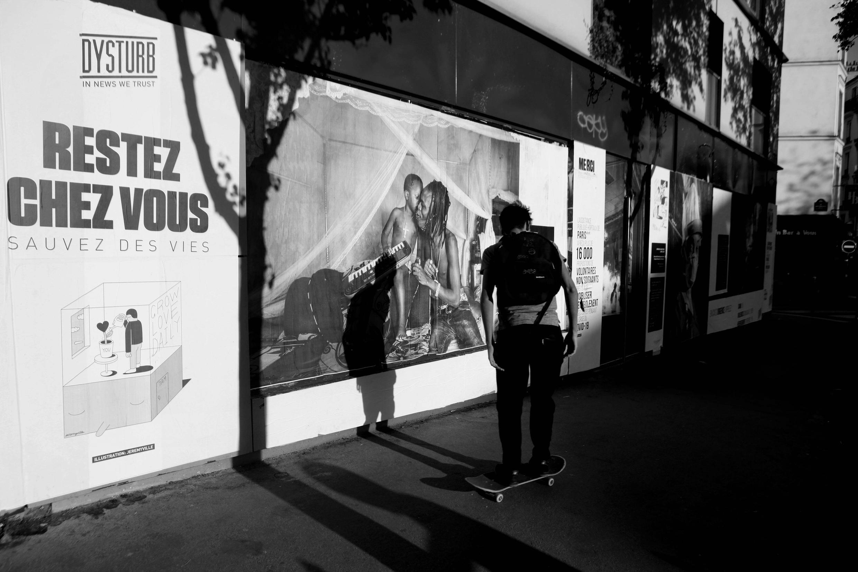 Installation de la photo de Nichole Sobecki dans les rues de Paris, le 22 avril 2020.