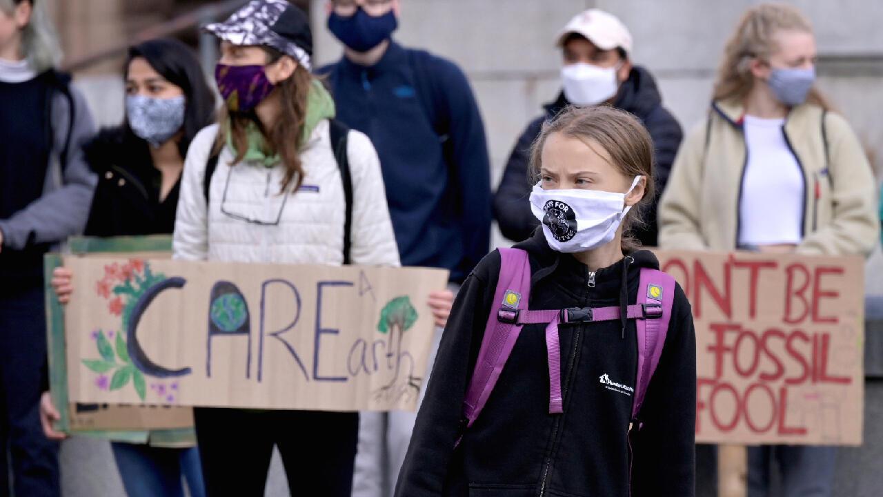 La activista sueca por el medio ambiente Greta Thunberg protesta frente al parlamento de su país en Estocolmo el 25 de septiembre de 2020.