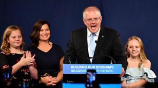 El primer ministro de Australia, Scott Morrison, en compañía de su esposa y sus dos hijas, en el momento en el que frente a miles de sus seguidores se declaró triunfador de los comicios legislativos. Pese a su victoria, deberá gobernar en coalición.  Sídney, Australia. 18 de mayo, 2019.