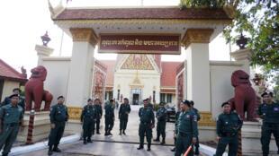 Agentes de policía hacen guardia frente al Tribunal Supremo de Phnom Penh, en Camboya, durante la resolución sobre el partido de la oposición. 11/16/2017
