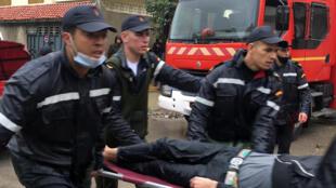 مسعفون في المغرب بعد حادث معمل النسيج في طنجة في الثامن من شباط/فبراير 2021