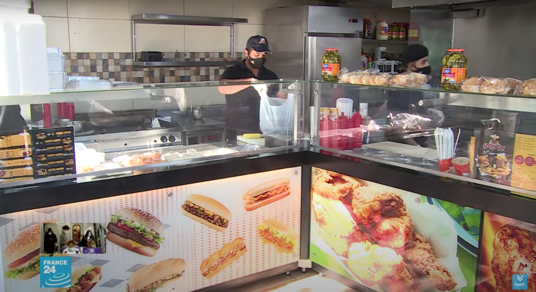 عمال في أحد مطاعم الوجبات السريعة في العاصمة الأردنية عمّان.
