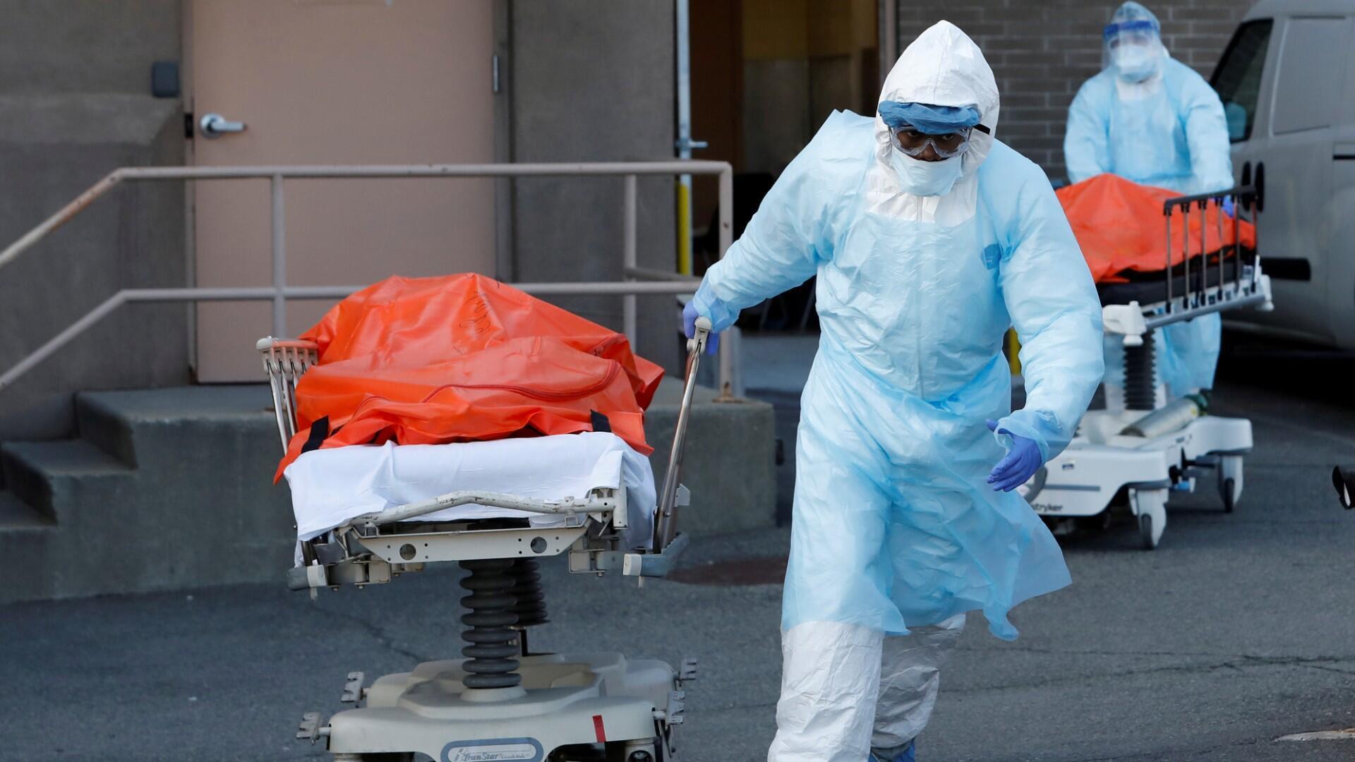 Los trabajadores de la salud transportan los cuerpos de las personas fallecidas del Centro Médico Wyckoff Heights durante el brote de la enfermedad por coronavirus (COVID-19) en el distrito de Brooklyn de la ciudad de Nueva York, Nueva York, EE. UU., 4 de abril de 2020.
