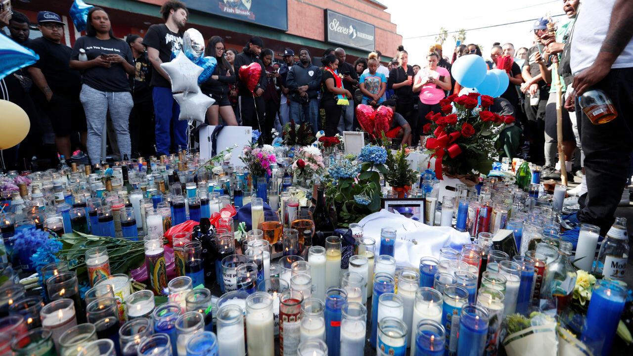 Des fans de Nipsey Hussle rassemblés lors de la veillée funèbre organisée à Los Angeles, le 1eravril2019.